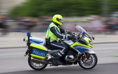 Bei Deining gegen Polizeimotorrad geschlittert
