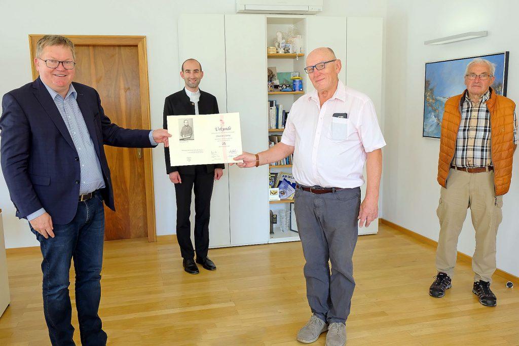 Ambergs OB Michael Cerny 25 Jahre Mitglied der KAB – Ehrennadel und Urkunde als äußeres Zeichen für Dank und Anerkennung
