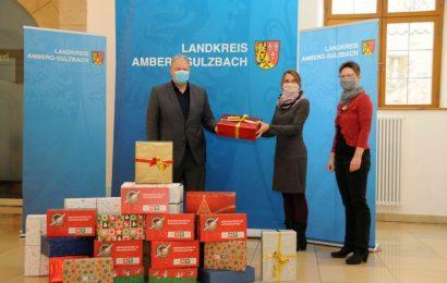 Für 50 strahlende Kinderaugen – Landrat Richard verschickt 25 weihnachtliche befüllte Schuhkartons an bedürftige Kinder