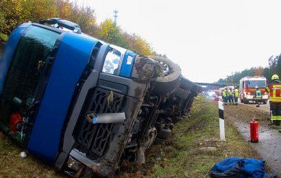LKW stürzt auf der A6 bei Ebermannsdorf um