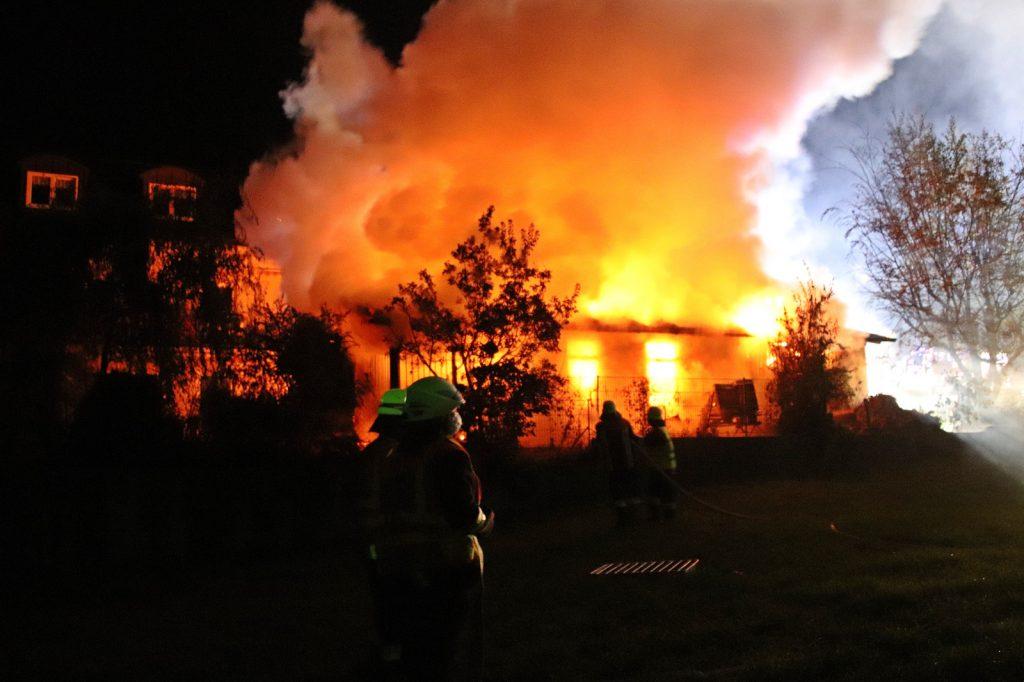 Beim Eintreffen der Feuerwehren stand der Schuppen bereits in Vollbrand Foto: Oberpfalz Aktuell