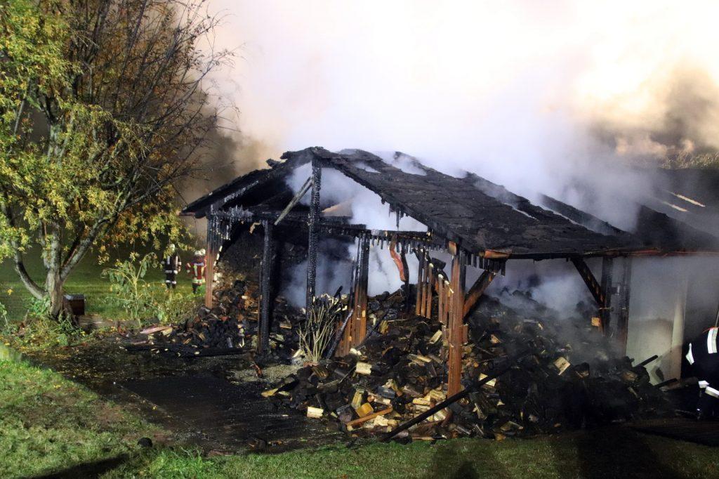 Der Schuppen brannt völlig nieder und war nicht mehr zu retten Foto: Oberpfalz Aktuell