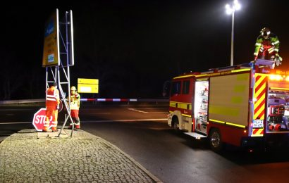 Auch die Hinweistafel musste nach dem Unfall ausgetauscht werden Foto: Oberpfalz Aktuell