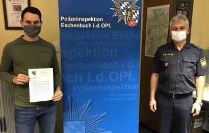 Polizei belohnt die Bemühungen eines Unfallzeugen in Eschenbach