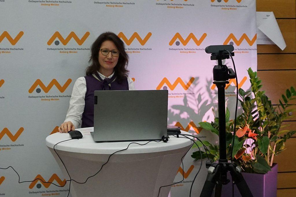 Der Pohár des Kompetenzzentrums Bayern – Mittel- und Osteuropa (KOMO) wurde von Prof. Dr. rer. pol. Laura Denise Fischer verliehen Foto: Misch/OTH Amberg-Weiden