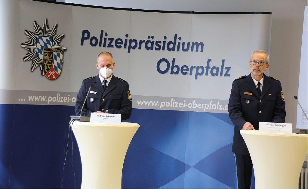 (v.r.n.l.) Vizepräsident Thomas Schöniger und Polizeirat Andreas Schieder Foto: Polizeipräsidium Oberpfalz