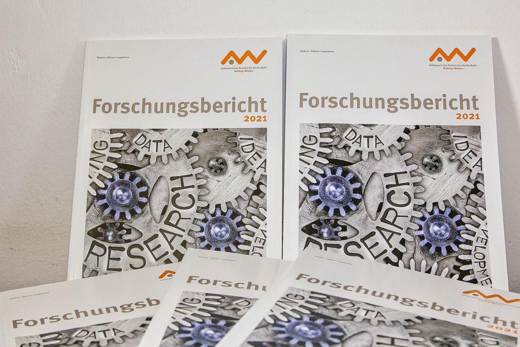 Der Forschungsbericht 2021 stellt über 40 Forschungsprojekte vor Foto: Wiesel/OTH Amberg-Weiden