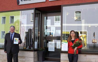 Haarpflegeprodukte zum Nachfüllen – Landrat Richard Reisinger überreicht Urkunde an Frisörsalon Staisch