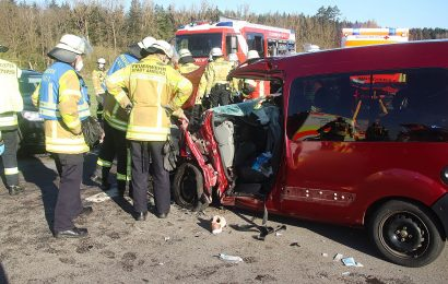 Schwerer Verkehrsunfall auf der AS30 zwischen Immenstetten und Raigering