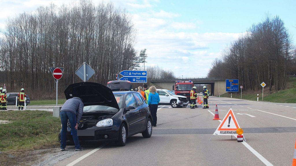 Die Autobahnabfahrt sowie der rechte Fahrstreifen der St2165 waren während der UInfallaufnahme gesperrt Foto: © Pressedienst Wagner