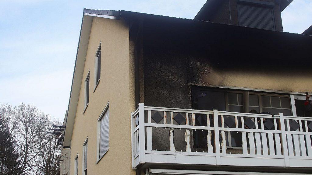Drei Aktive der Feuerwehren Haselmühl und Kümmersbruck in Zivil begannen mit den Löscharbeiten, noch bevor die Einsatzkräfte vor Ort waren Foto: © Pressedienst Wagner
