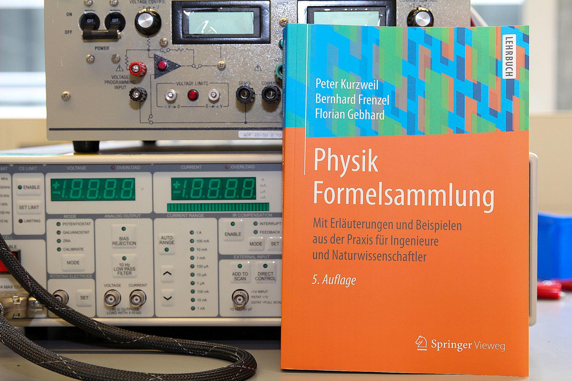 """Ingenieurwissen 5.0 – Neuauflage der """"Physik Formelsammlung"""" eines Autorenteams der OTH Amberg-Weiden"""