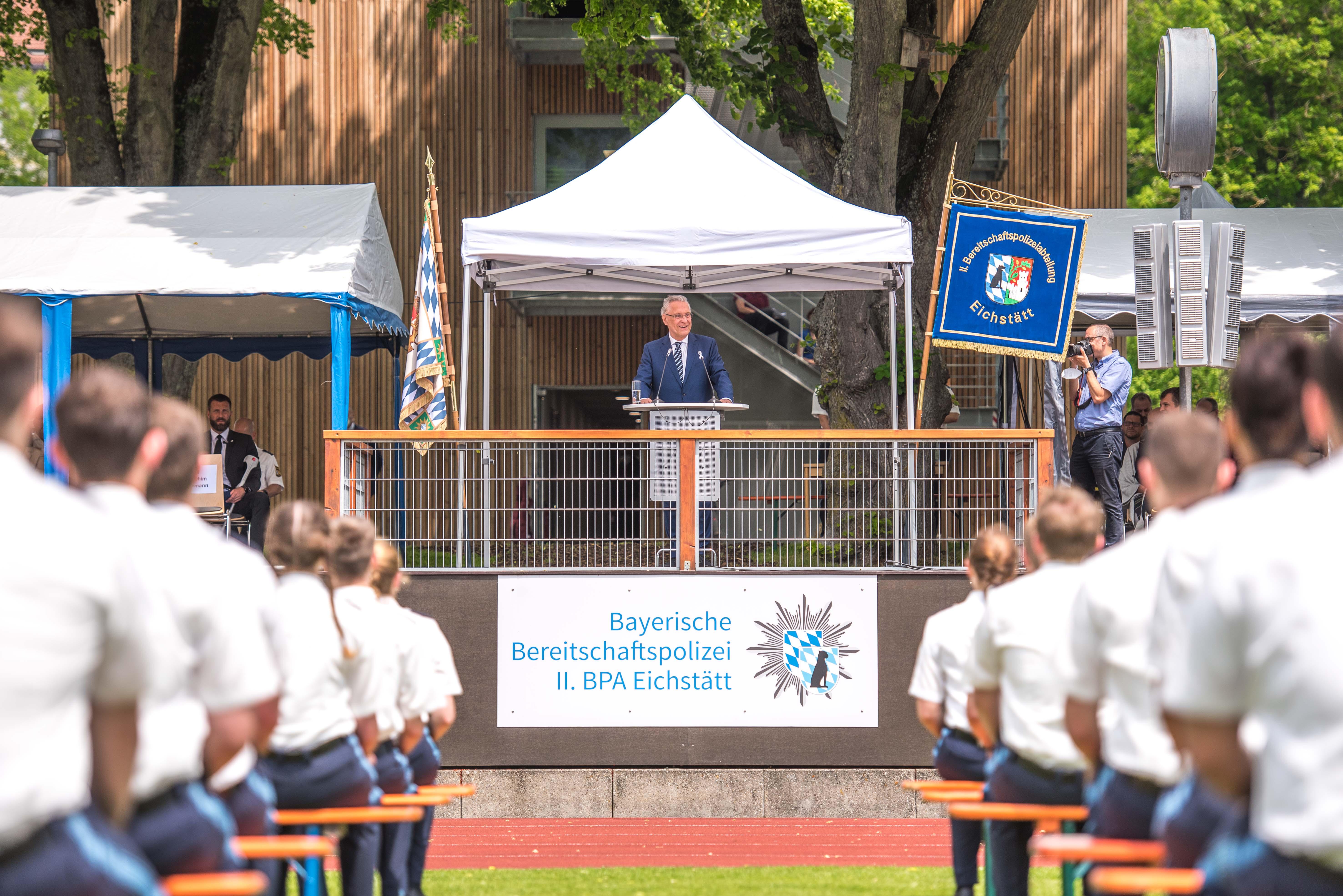 Verstärkung der Bayerischen Polizei: Herrmann vereidigt in Dachau rund 300 neue Polizistinnen und Polizisten