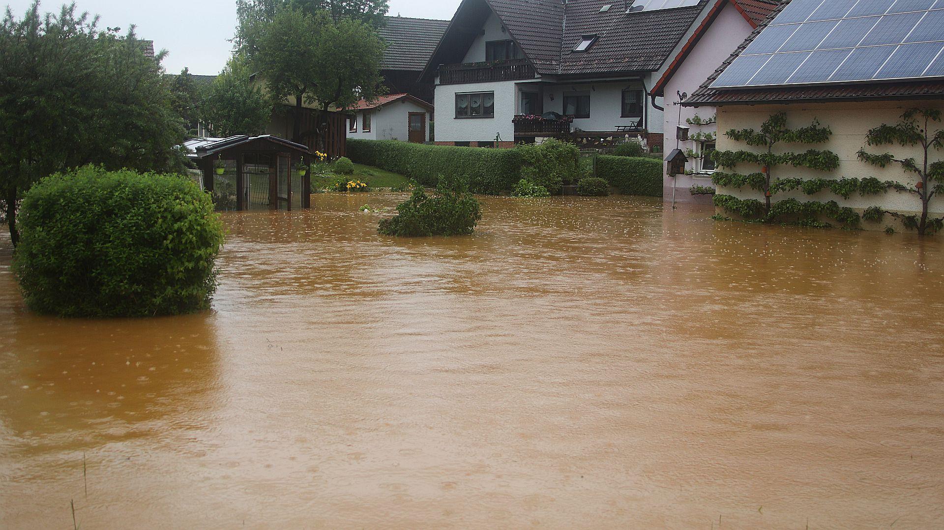 Starkregen führt zu mehreren überschwemmten Straßen und Verkehrsunfällen