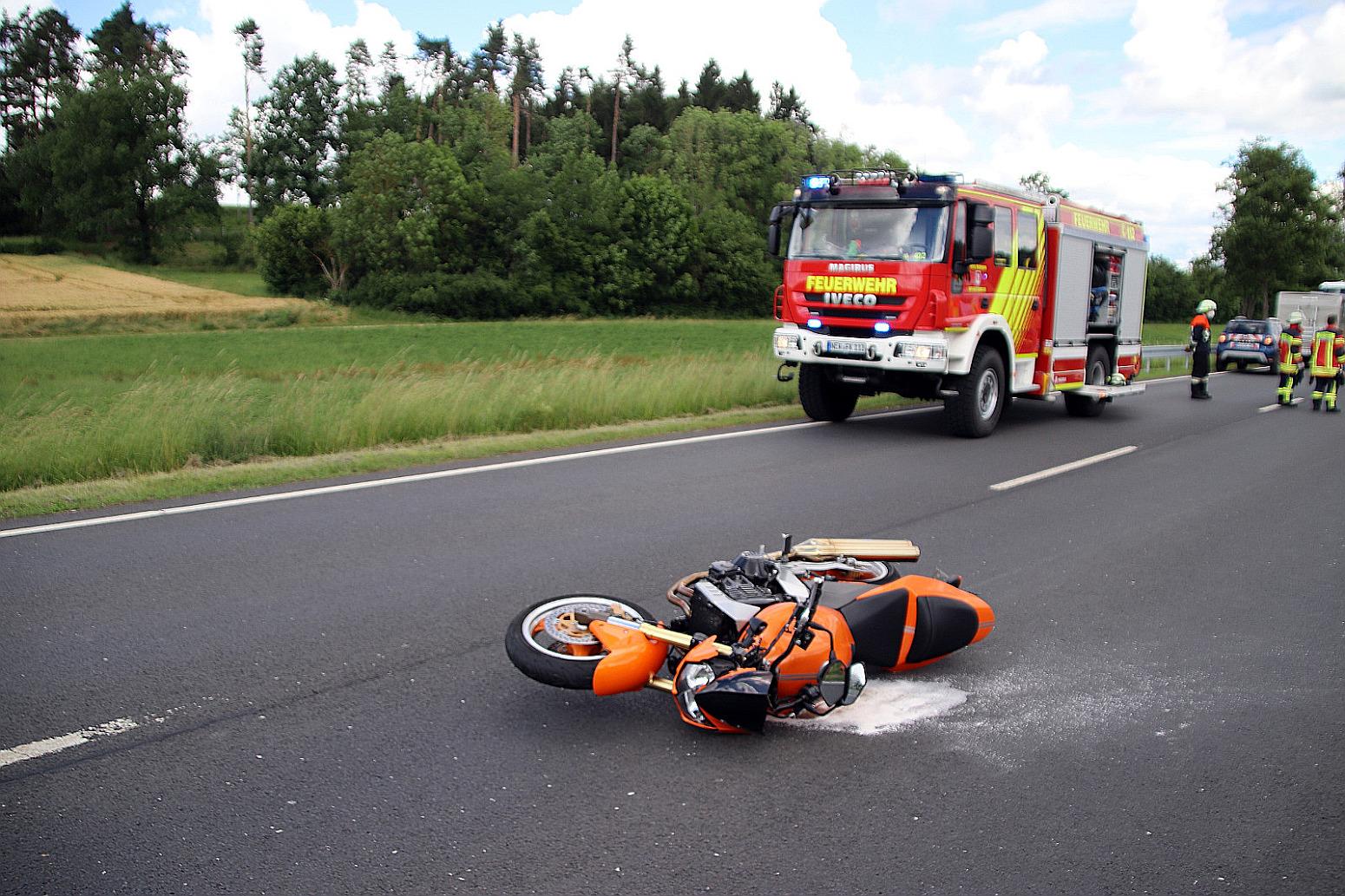 Verkehrsunfall zwischen Motorradfahrerin und Traktor-Gespann in Schwandorf