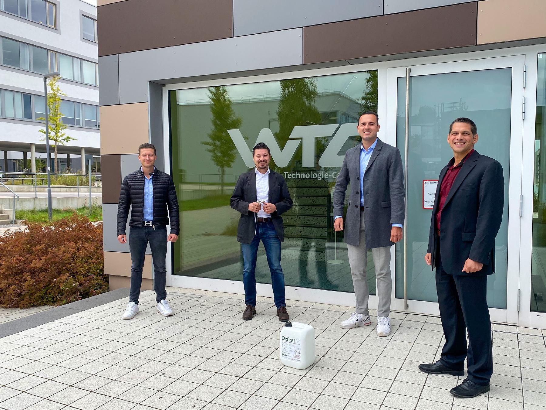 Von links: Die Gründer der Apollon Biotech GmbH Benjamin Eibisch, Johannes Gallasch und Timo Györi mit dem Laborleiter Dr. Sebastian Buhl. Im Vordergrund die Chemikalien zur Trockenverneblung Foto Lehner/OTH Amberg-Weiden