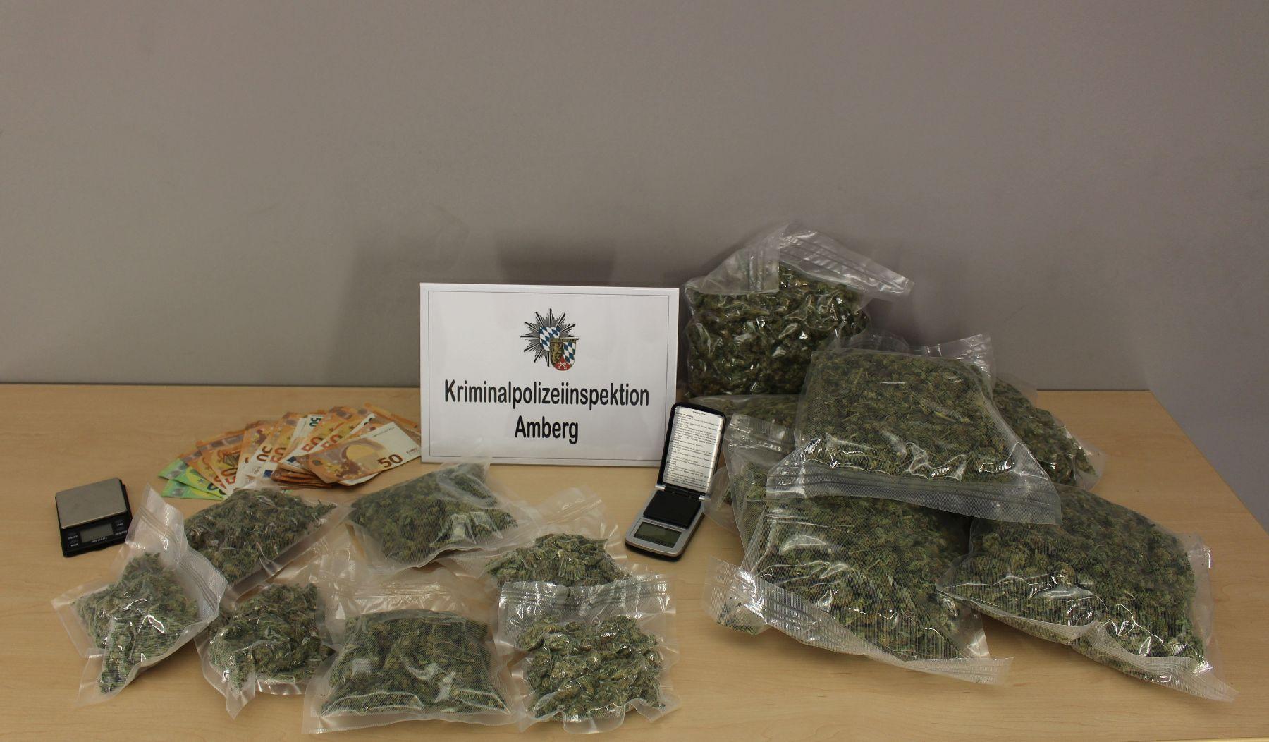 Sichergestelltes Beweismaterial in der Wohnung in Burglengenfeld Foto: Kriminalpolizeiinspektion Amberg